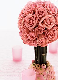 floral en forma de arbolito, compuesto de una bola de rosas, con