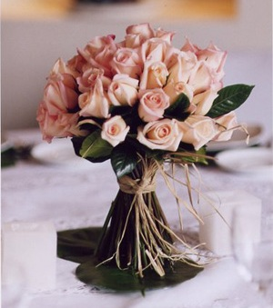 Arreglo floral súper sencillo, compuesto de un ramillete de rosas