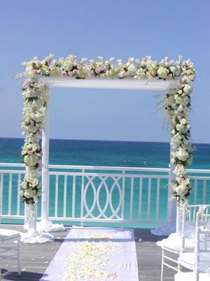 arco de flores para boda en la playa