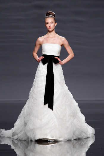 vestidos de novia con aplicaciones y combinaciones en negro | web de