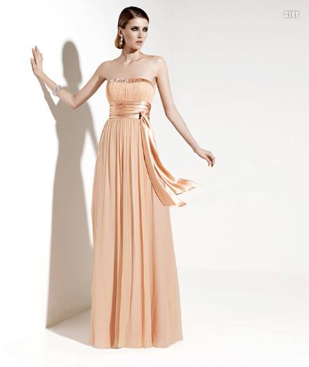 El modelar el cuerpo y acentuar la cintura por lazos tanto gruesos como angostos con la misma tela del vestido o diferente textura para darle mayor realce