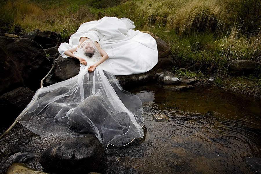 trash the dress, la nueva tendencia en fotografía de bodas | web de