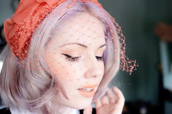 Color coral en el tocado estilo vintage